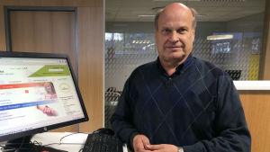 Raimo Hokkanen visar upp arbets- och näringsbyråns e-tjänster