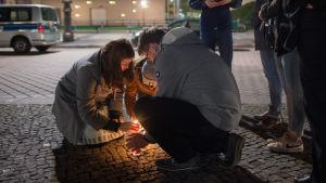 Människor tänder ljus utanför Frankrikes ambassad i Berlin.