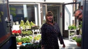 Camilla Nyman tar emot blommor från Holland i blomsteraffären Amalia i Oravais.