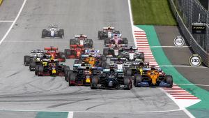 Bilarna startar formel 1-loppet i Österrike.