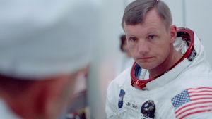 Neil Armstrong i klädd rymddräkt.