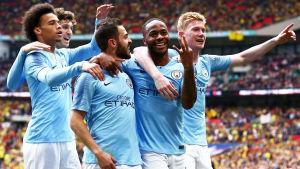 Leroy Sané, Aymeric Laporte, Barnardo Silva och Kevin De Bryune firar med hattrickskyten Raheem Sterling i FA-cupfinalen.