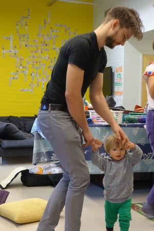 Foto på Andreas Saloranta som dansar med sin son Ivar på det öppna daghemmet Tallen på Drumsö i Helsingfors.
