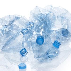 Skrynklade plastflaskor på hög