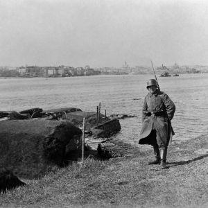 Tysk vakt på Sveaborg vid vattnet 1918