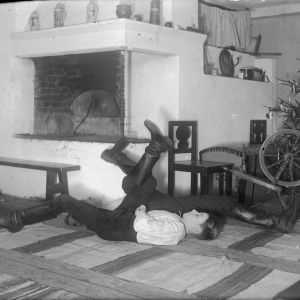 """Två män leker """"bryta stubbar"""". Bilden är tagen 1936 i Strömfors, Kulla."""