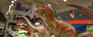 Dinosaurie leksaker på en hylla.
