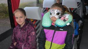 Elever i buss.