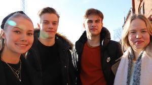 Fyra unga abiturienter.