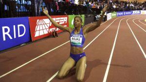 Yulimar Rojas på knä blundandes med armarna uppåt.
