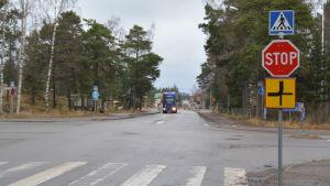 Långtradare kör längs Korsmansgatan