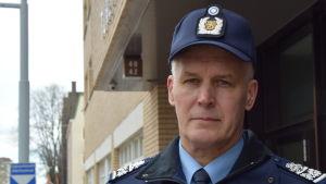 Risto Lammi, polischef i Sydvästra Finlands Polisinrättning, i polisuniform utanför polishuset i Åbo.