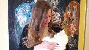 Magdalena Snickars tillsammans med familjens katt.