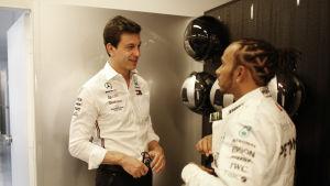 Toto Wolff och Lewis Hamilton pratar med varandra.