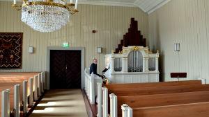 Orgel inne i kyrkosal.