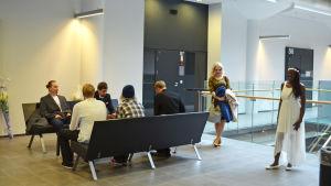 De väntar på vigsel i tingsrätten i Helsingfors