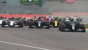 Formel 1-bilar startar ett lopp.