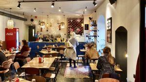 På en restaurang i Tartu är kunderna såpass många att det snart blir svårt att upprätthålla 2+2-regeln. På restaurang behöver munskydd inte ännu användas.