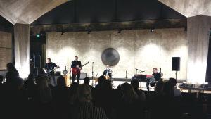 Uhrijuhla spelar psykedelisk rock i Sibeliusmuseum i Åbo.