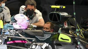 Sebastian Vettel sitter i sin Aston Martin utan hjälm.