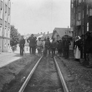 Arbetare bygger spårväg på Fabriksgatan 1920.