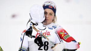 Therese Johaug får en kram av Charlotte Kalla.
