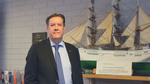 Kommundirektör Veijo Katara i mörk kostym och slips.