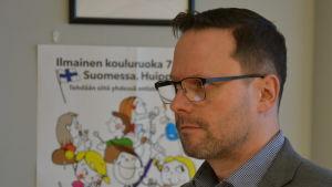 Saku Lehtiö, en man med mörkt hår, glasögon och skäggstubb, är styrekonom för Åbos fastigheter.