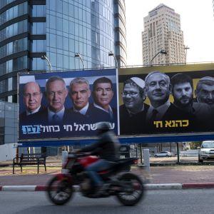 Valaffischer för partierna Likud och Blåvitt i Israel