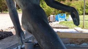 Skulpturen Eurydikes armar och händer i närbild