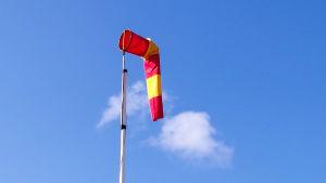 En vindmätare i rätt och gult.