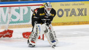 Justus Annunen böjd framför ett mål.
