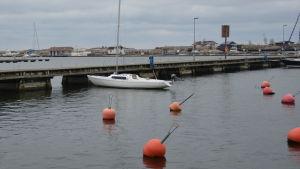 Höstbild av ensam segelbåt i Östra hamnen i Hangö.