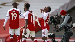 Arsenals spelare firar.