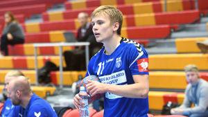 Handbollslandslagets Benjamin Helander dricker vatten före VM-kvalmatchen mot Cypern.