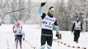 Lauri Vuorinen firar sitt FM-guld.