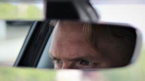 Fredrik Jensens ögon i backspegeln.