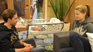 Nyblivna föräldrar med barn på patienthotellet.