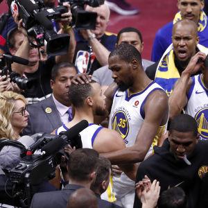 Kevin Durant och Stephen Curry omgiven av journalister