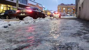 En isig gata i Borgå en vinterkväll.