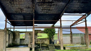 Den gamla gränsstationen mellan irländska Monaghan och nordirländska Armagh. Stationen sattes i brand under slutet av konflikten och står kvar som ett gammalt utbränt skelett.