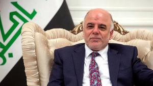 Iraks premiärminister Haider al-Abadi sitter i en stol.