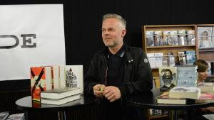 En man väntar på att få signera böcker