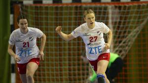 HIFK:s Johanna Hilli jublar efter att hon gjort ett mål i cupsemifinalen mot Dicken-