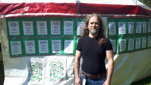 fe verksamhetsledare Jonatan Fogelholm utanför festivaltältet, 2019.