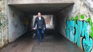 Marcus Rosenlund i en tunnel på väg till sin gamla skola, Granhultskolan.