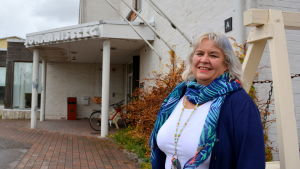 Ann-Charlotte Lindfors-Nenonen utanför Johannisbergs åldringshem.