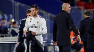 Gareth Bale och Zinedine Zidane tittar åt olika håll.