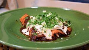 Enchiladas på en tallrik.