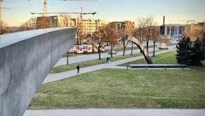 """Minnesmärket """"Bruten linje"""" i Tallinn. Vid foten av märket finns namnet på alla dödsoffer i en de värsta civila fartygsolyckorna i historien."""
